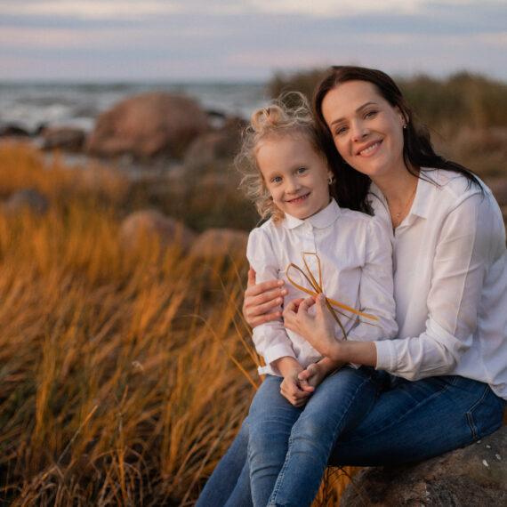 Ema ja tütre fotosessioon loojangus